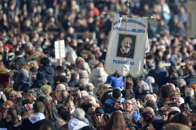 La foule sur la place Saint-Pierre à Rome, avant l'arrivée du corps du Padre Pio, le 6 février 2016.