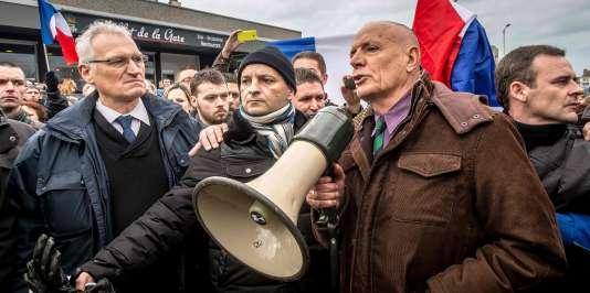Le général Christian Piquemal, mégaphone à la main, lors de la manifestation interdite contre les migrants, le 6 février 2016 à Calais.