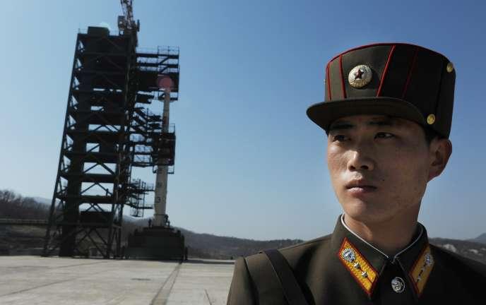 Photo datant du 8 avril 2012 montrant un soldat nord-coréen sur la base de lancement de Sohae, où la Corée du nord a annoncé le 20 septembre 2016 avoir procédé à l'essai d'un moteur de fusée.