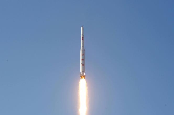 La fusée nord-coréenne Taepodong-3 décolle du complexe militaire de Tongch'ang-dong Pongdong-ri, dans le nord-ouest du pays, le 7 février 2016, emportant avec elle le satellite d'observation terrestre KMS-4.
