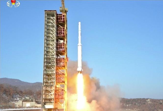 Des images diffusées par la télévision nord-coréenne montrent le lancement d'une fusée à longue portée.