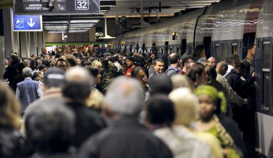 Des usagers se pressent, le 21 juin 2011, sur l'un des quais de la gare du Nord, à Paris. D'importantes perturbations sont attendues à la SNCF, ce mercredi 9 mars.