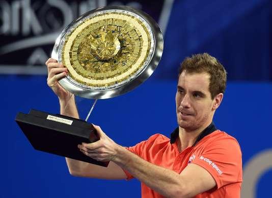 Richard Gasquet pose avec son trophée de l'Open Sud de France, remporté pour la troisième fois.