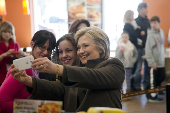 Séance selfie avec Hillary Clinton pour deux clientes d'un Dunkin' Donuts à Manchester, dans le New Hampshire, le 7 février 2016.