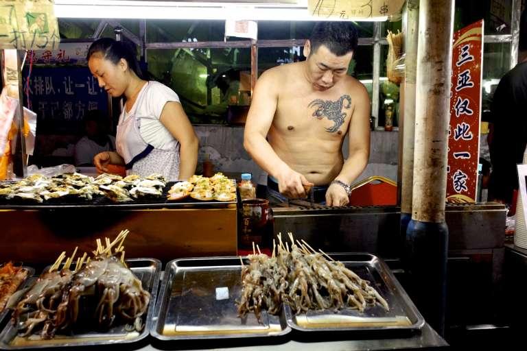 Une échoppe de vente de fruits de mer, à Hainan.