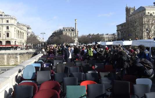 Rassemblement, lundi 8février place du Châtelet, à l'initiative des associations Attac, Les Amis de la Terre, Action non violente COP21 et Bizi!, alors que s'ouvre le procès de l'ancien ministre du budget, Jérôme Cahuzac.
