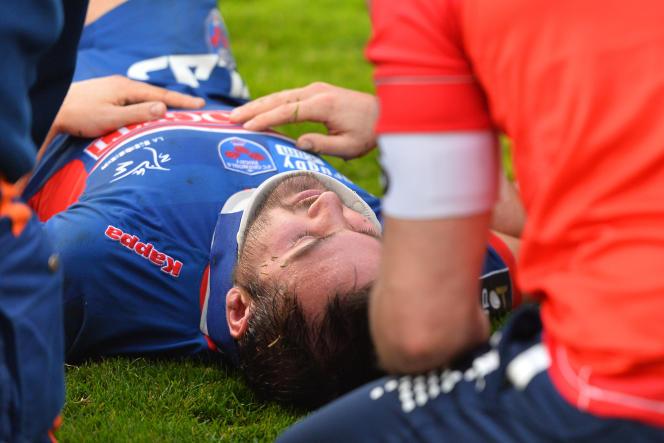 Le demi de mêlée grenoblois Christophe Loustalot touché aux cervicales lors d'un match contre l'Union Bordeaux-Bègles, le 27 décembre 2015.