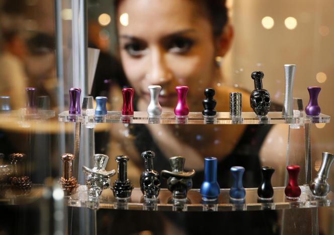 Au Salon Vapexpo, consacré à l'e-cigarette, à Bordeaux, en 2014/.