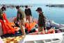 Des gardes-côtes turcs s'apprêtent à débarquer de leur navire des corps de migrants repêchés dans la mer Egée entre la Turquie et la Grèce, le 8 février 2016 à Balikesir.