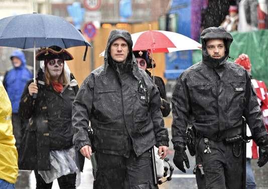 La police allemande sécurise les festivité du Carnaval de Coloogne, 8 février 2015. (AP Photo/Martin Meissner)
