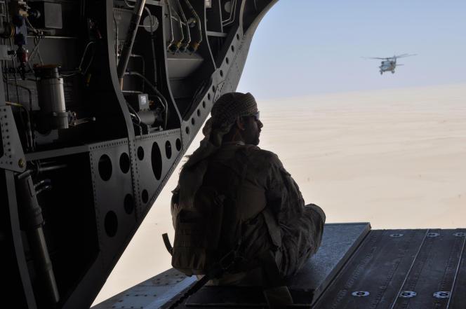 Un soldat émirati à l'arrière d'un hélicoptère voyageant d'Arabie saoudite au Yémen, le 14 septembre 2015.