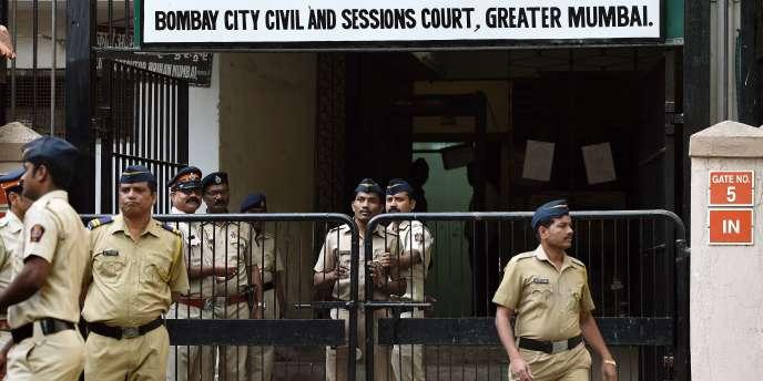 La police indienne monte la garde devant le tribunal de Bombay le 8 février 2016 à l'occasion du procès de David Headley.