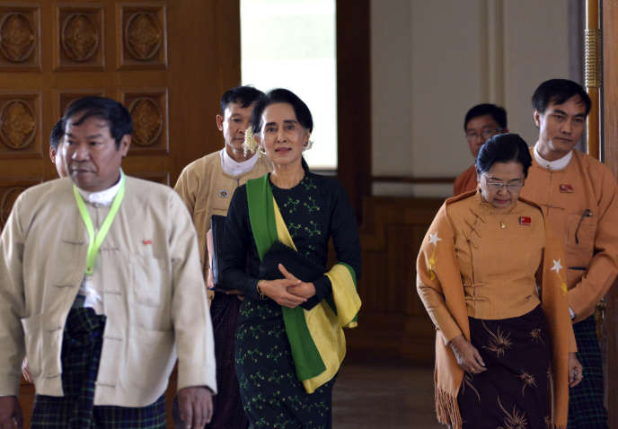 Aung San Suu Kyi, entourée de députés de la Ligue nationale démocratique, arrive à la session inaugurale du Parlement birman, à Naypyidaw, le 8 février.