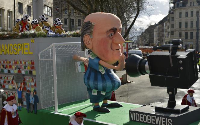 Un char de la traditionnelle parade du carnaval de Cologne moque le président démissionnaire de la FIFA Sepp Blatter. Le lundi 8 février à Cologne en Allemagne.