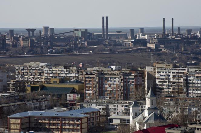 A l'arrière-plan, l'usine d'acier d'ArcelorMittal à Galati, en Roumanie, le 4 mars 2015