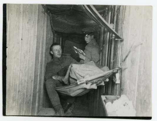 De jeunes soldats allemands prennent du repos pendant la bataille de Verdun.