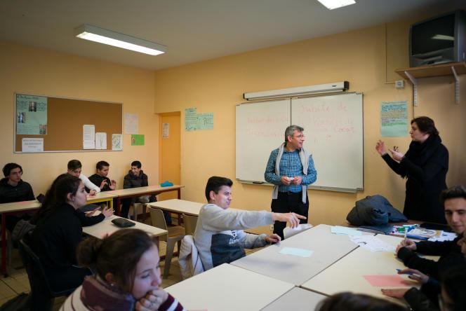 Leçon d'éducation aux religions en présence du  père Vincent à l'école privée catholique de Tour-Sainte, à Marseille.