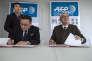 Emmanuel Hoog ( à droite),  président-directeur général de l'Agence France Presse, a signé un accord avec le vice-président de l'Agence centrale coréenne nouvelles à Paris, le 19 janvier pour ouvrir un bureau dans la capitale nord-coréenne.