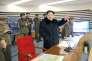Kim Jong-un,  actuel dirigeant  de la Corée du Nord, salue le tir d'une «fusée» dimanche 7 février.
