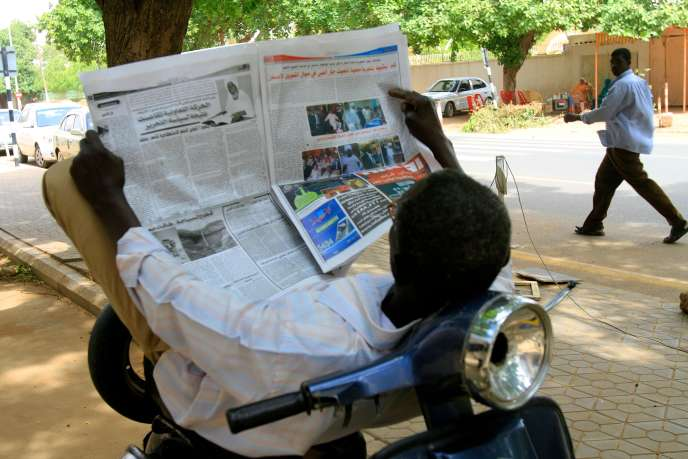Un lecteur de presse, à Khartoum, capitale du Soudan.