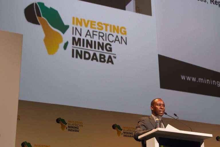 Le ministre sud-africain des ressources minières, Mosebenzi Zwane, s'adresse aux entreprises minières, lors du salon annuel des mines africaines.