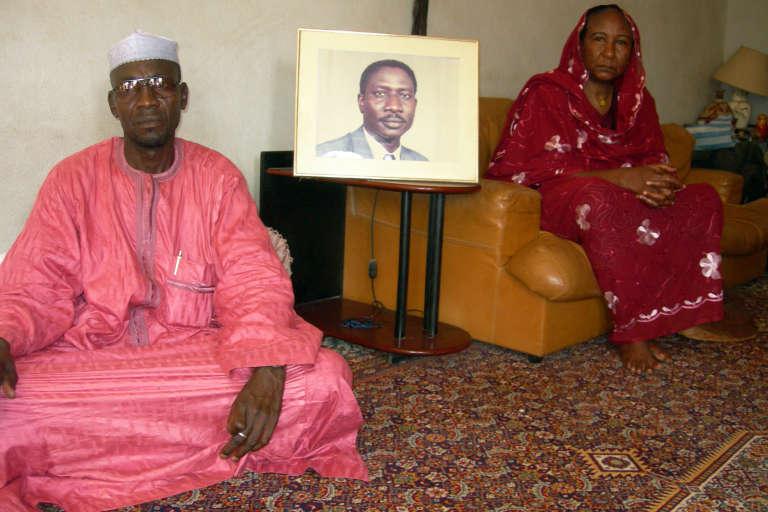 La veuve d'Ibni Oumar Mahamat Saleh, Sadia Brahim, et son cousin, Moussa Mahamat Saleh.