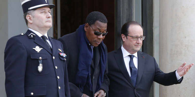 Le président béninois Thomas Boni Yayi en compagnie du président français François Hollande sortant de l'Elysée le 8 février 2016.
