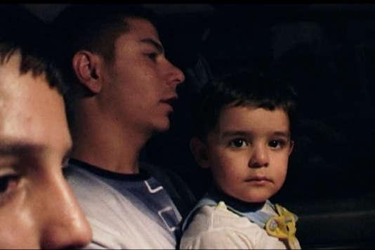"""Une scène du documentaire irakien d'Abbas Fahdel, """"Homeland : Irak année zéro"""", divisé en deux parties (""""Partie 1 : avant la chute"""" et """"Partie 2 : après la bataille"""")."""