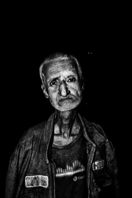 """«Quel regard ! Un des portraits les plus doux qu'ait réalisés Soham Gupta dans la galerie des """"oubliés"""" de Calcutta, saisis la nuit de manière frontale au flash, sans détour. La force de la lumière au service des faibles.»"""