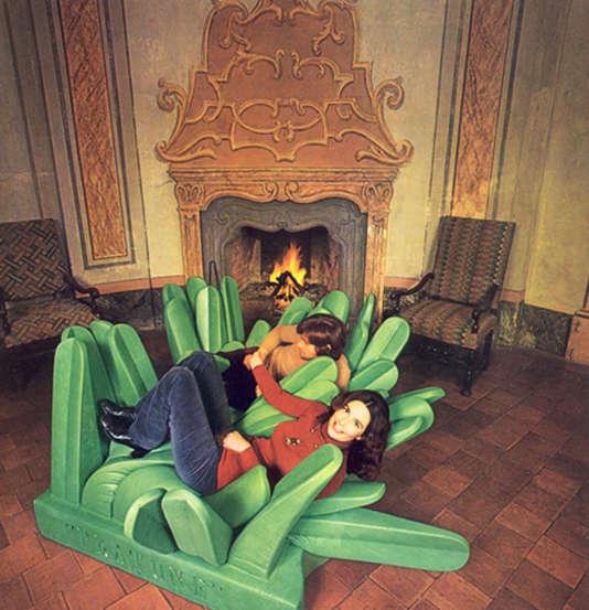 Le siège Pratone, façon carré de gazon, invite l'utilisateur à faire son nid... dans les herbes hautes, (1966/1992), Edition Gufram.