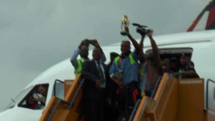 Les Léopards lors de leur arrivée à Kinshasa le 8 février 2016 avec leur trophée.
