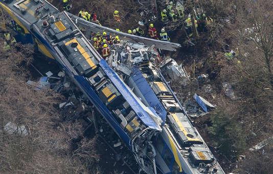 Vue aérienne des deux trains qui se sont télescopés à Bad Aibling, dans le sud de l'Allemagne, le 9 février 2016.