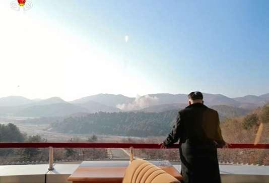 Cette image, diffusée par la télévision officielle nord-coréenne le 7 février 2016, montre le leader Kim Jong-un assistant au décollage de la fusée Unha-3 transportant le satellite Kwangmyongsong-4.