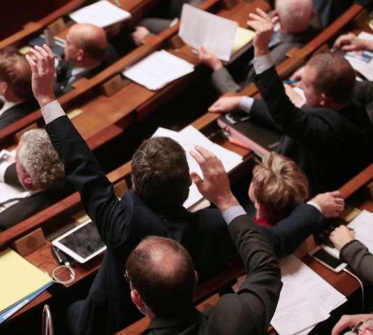 Les députés votent à main levée une série d'amendements de la constitution, à l'Assemblée Nationale de Paris, le 9 février 2016.