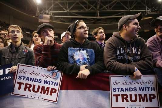 Des militants républicains assistent au discours du milliardaire Donald Trump, candidat à l'investiture du Grand Old Party pour l'élection présidentielle américaine de novembre, lundi 8 février à Salem, dans le New Hampshire.
