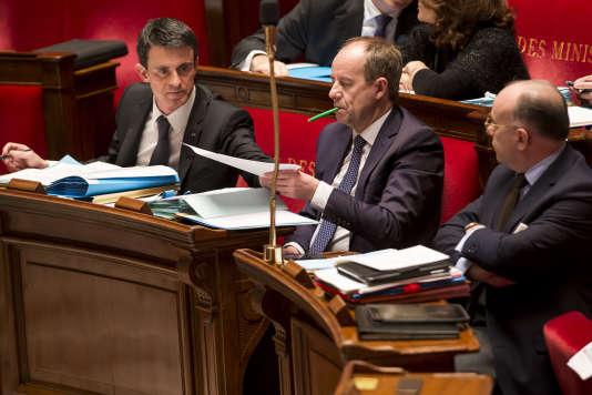 Manuel Valls, Jean-Jacques Urvoas et Bernard Cazeneuve participent au débat sur l'état d'urgence et la révision constitutionnelle à l'Assemblée nationale à Paris le 8 février 2016.
