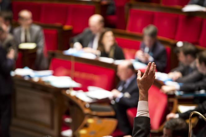 Bernard Debré participe au vote sur l'article 1 de la révision constitutionnelle, à l'Assemblée nationale à Paris, lundi 8 février.