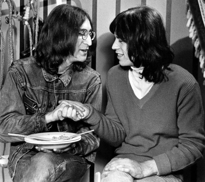 John Lennon et Mick Jagger bavardent lors d'une pause pendant le tournage, pour la BBC, de