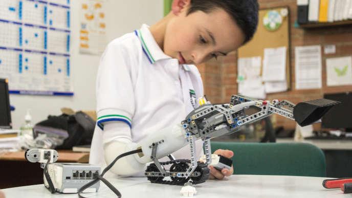 Dario, un jeune colombien, collabore depuis deux à un projet de prothèse conçue notamment avec des Lego.