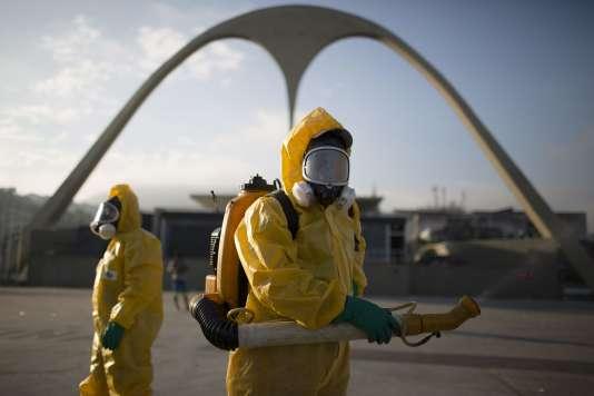 Des militaires pulvérisent de l'insecticide dans les rues de Rio de Janeiro, le 5 février.