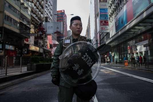 Un policier dans le quartier de Mongkok après les émeutes.