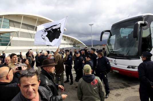 Demonstrators gather to block the exit of buses from the airport in Ajaccio on February 9, 2016, carrying attendees of a seminar by extreme right-wing organisations.     / AFP / PASCAL POCHARD CASABIANCA