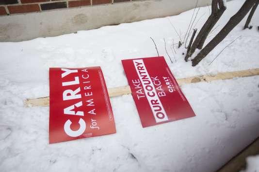 Un panneau de soutien à Carly Fiorina gît dans la neige, à Manchester (New Hampshire), le 9 février.
