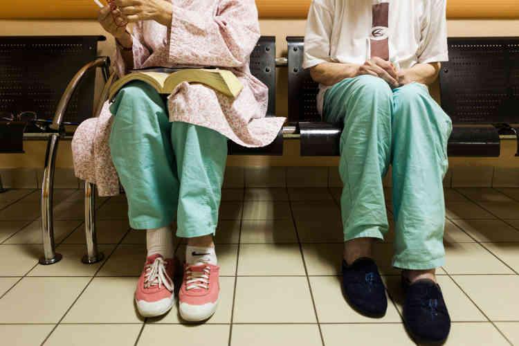 «Doit-on y déceler une survivance du passé asilaire de l'institution, une simple commodité dans l'exercice du soin, ou un outil thérapeutique nécessaire à la prise en charge des patients?»