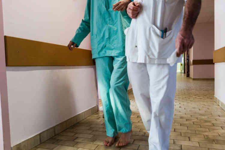 «De nos jours, le port de l'uniforme à l'hôpital psychiatrique n'est plus systématique. Dans les services extrahospitaliers (hôpitaux de jour, centre médico-psychologiques, etc.) patients et personnels sont en civil. Dans les services d'hospitalisation complète, l'ensemble tunique-pantalon de couleur blanche reste très présent.»