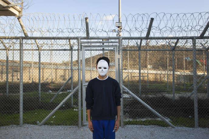 Le 24 janvier. Un jeune réfugié afghan dans le camp de premier accueil (Kepy) de Moria sur l'île de Lesbos avec le masque qu'il avait fabriqué lors d'une activité avec des travailleurs sociaux. Il est parti seul sans ses parents et rêve d'émigrer en Allemagne.