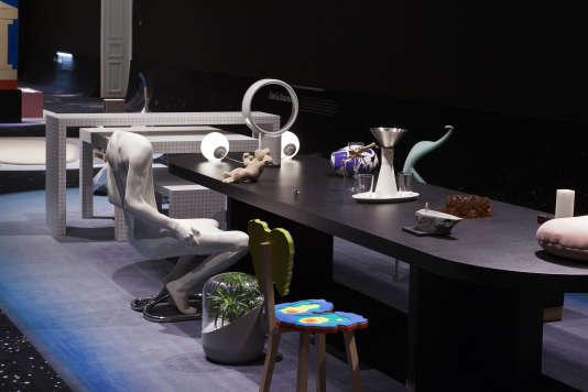 Banquet funèbre avec la chaise à figure acéphale Homme, le purificateur d'air Andrea, la chaise Posture Clooning, le ventilateur sans pales Dyson...