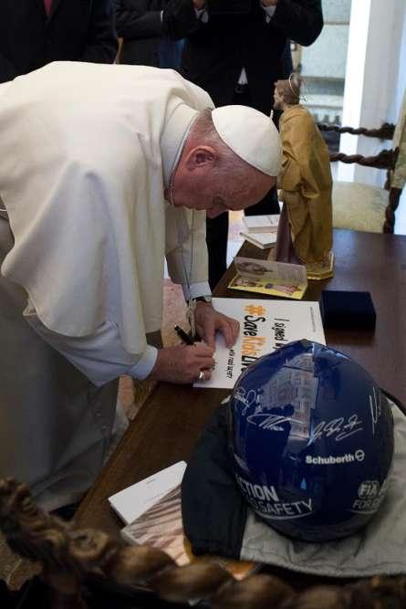 """Le Vatican, 14 janvier. """"Je ne suis pas croyant, malheureusement, j'adorerais être croyant. Le pape est la personne la plus emblématique au monde. Il nous a accordé une audience. On lui a montré le film de Luc Besson. Je lui ai demandé de signer 'Save Kids Live' et de l'endosser. C'est la meilleure campagne publicitaire au monde que l'on pouvait espérer."""""""