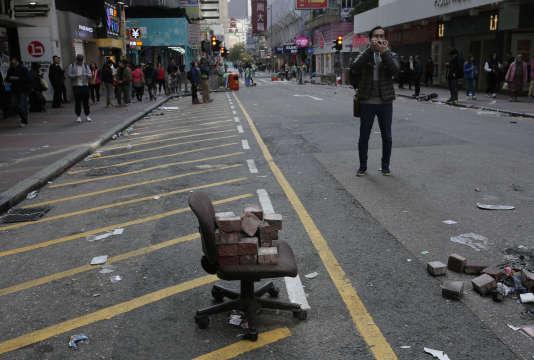 Des images tournées par la télévision montraient des gens en train d'arracher les pavés, de foncer sur les policiers munis de boucliers de fortune ou de mettre le feu à des détritus au milieu de la rue.