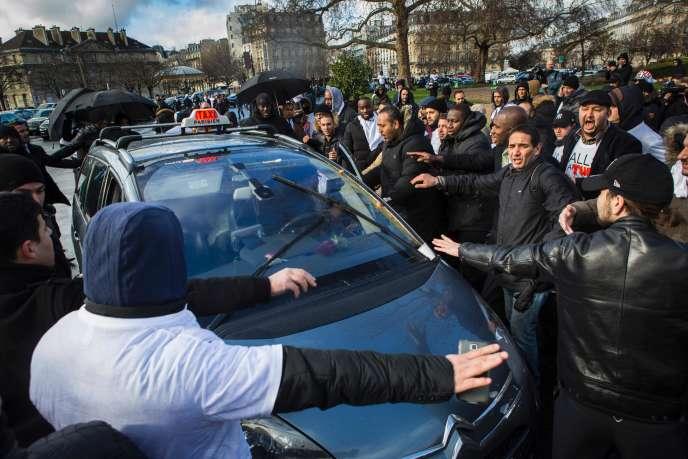 Sur la Place de la Nation in Paris le 9 février 2016, lors d'une manifestation des chauffeurs de taxi.